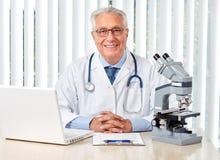 Homme plus âgé de docteur dans l'hôpital Photo libre de droits