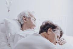 Homme plus âgé de mort à l'hôpital photographie stock