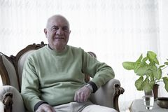 Homme plus âgé de portrait dans la maison image stock