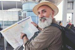 Homme plus âgé de sourire heureux prêt pour le voyage Photo stock