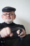 Homme plus âgé drôle avec un sac noir Photographie stock libre de droits