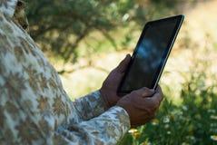 Homme plus âgé employant le comprimé/ebook plus âgé de lecture d'homme Images stock