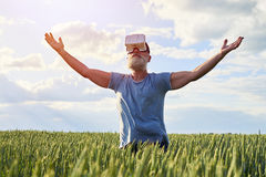 Homme plus âgé employant les verres 3D Photos stock