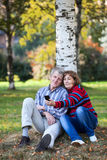 Homme plus âgé et femme photographiant au téléphone en parc Photo stock