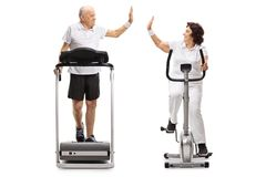 Homme plus âgé et une femme agée s'exerçant et haute-fiving chacun Images libres de droits