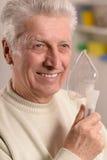 Homme plus âgé faisant l'inhalation Photo libre de droits