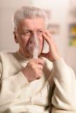Homme plus âgé faisant l'inhalation Image stock
