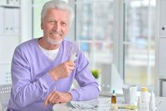 Homme plus âgé faisant l'inhalation Photos libres de droits
