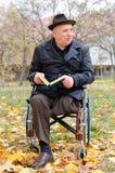 Homme plus âgé handicapé dans un fauteuil roulant Images libres de droits