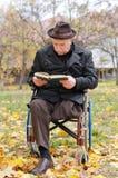 Homme plus âgé handicapé dans un fauteuil roulant Photographie stock