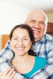 Homme plus âgé heureux avec l'amie de sourire Images stock