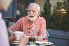 Homme plus âgé heureux ayant la date dehors photographie stock libre de droits