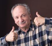 Homme plus âgé heureux montrant le signe correct Photo stock
