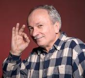 Homme plus âgé heureux montrant le signe correct Photos libres de droits