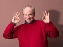 Homme plus âgé heureux montrant le signe correct Photo libre de droits