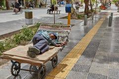 Homme plus âgé iranien endormi sur un chariot, Isphahan, Iran Photographie stock libre de droits
