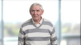 Homme plus âgé irrité, backround brouillé banque de vidéos