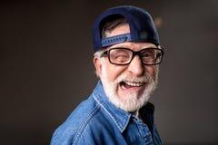 Homme plus âgé joyeux étant humoristique Images stock