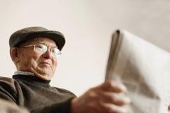 Homme plus âgé lisant un journal Photo stock