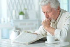Homme plus âgé lisant un journal Photos libres de droits