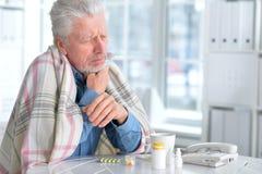 Homme plus âgé malade avec des pilules Photo libre de droits