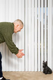 Homme plus âgé montrant l'ornement du doigt de chien photos stock