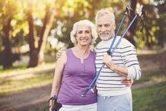 Homme plus âgé positif étreignant son épouse Photo stock