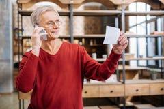 Homme plus âgé positif faisant un appel téléphonique Images libres de droits