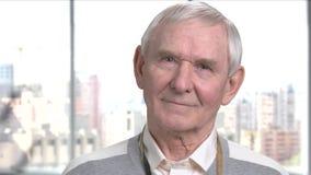 Homme plus âgé regardant de côté, fond brouillé clips vidéos