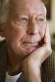 Homme plus âgé regardant loin Photographie stock