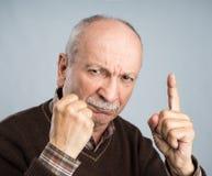Homme plus âgé se dirigeant images stock