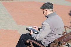 Homme plus âgé supérieur à l'aide de la tablette photos libres de droits