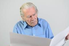 Homme plus âgé tenant une grande feuille vide de livre blanc Image stock
