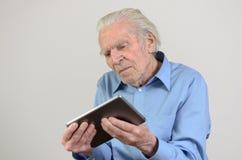 Homme plus âgé tenant une tablette moderne Images libres de droits