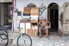 Homme plus âgé travaillant dans la rue Images stock