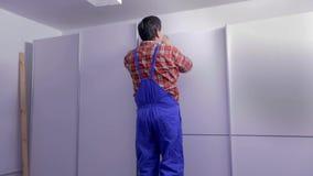 Homme polissant le bord des garde-robes clips vidéos