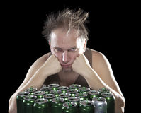 Homme pompette près des pots vides de bière Image libre de droits