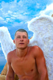 Homme portant Angel Wings Photo stock