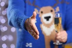 Homme portant la prise bleue chaude de chandail de cerfs communs dans le bras Images stock
