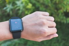 Homme portant la série de montre d'Apple 3 GPS avec le calendrier APP Photo stock