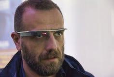 Homme portant le verre de Google Images stock