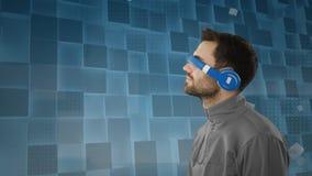 Homme portant les lunettes virtuelles banque de vidéos
