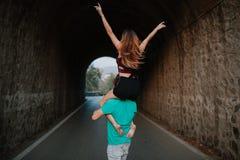 Homme portant son amie sur ses épaules Couples alternatifs Image libre de droits