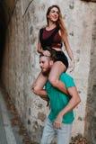 Homme portant son amie sur ses épaules Couples alternatifs Photo stock