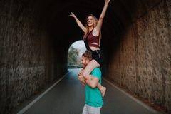 Homme portant son amie sur ses épaules Couples alternatifs Photographie stock libre de droits