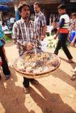 Homme portant un panier des poulets de chéri Photo stock