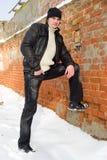 Homme posant au vieux mur de briques photo libre de droits