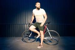 Homme posant avec la bicyclette photos libres de droits