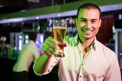 Homme posant avec la glace de bière Photographie stock