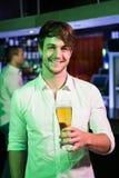 Homme posant avec la glace de bière Image stock
